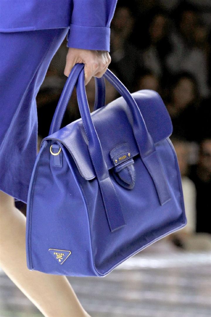 В модной тенденции 2011 года остались сумки саквояжи. .  Но куда более модными будут портфели. .