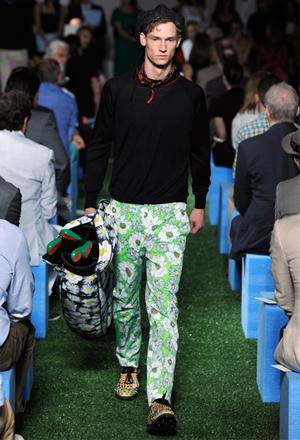8b34edd8a8342 2012 İlkbahar/Yaz Erkek Giyim koleksiyonlarındaki desenli pantolonlar yazın  renklerini ve doğanın canlılığını taşıyor.